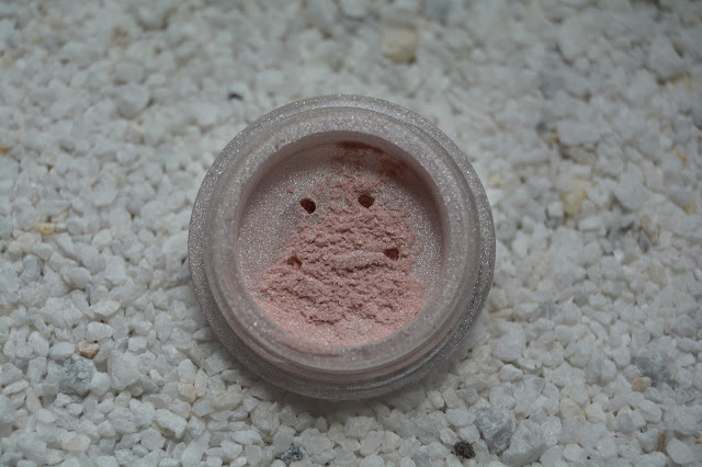 recenze-hevi-the-world-of-makeup-lucy-minerals-ocni-stiny-whisper-pink